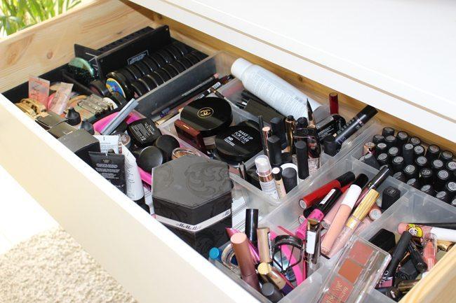 maquillaje estaba repartido en varios cajones Como el mueble koppang