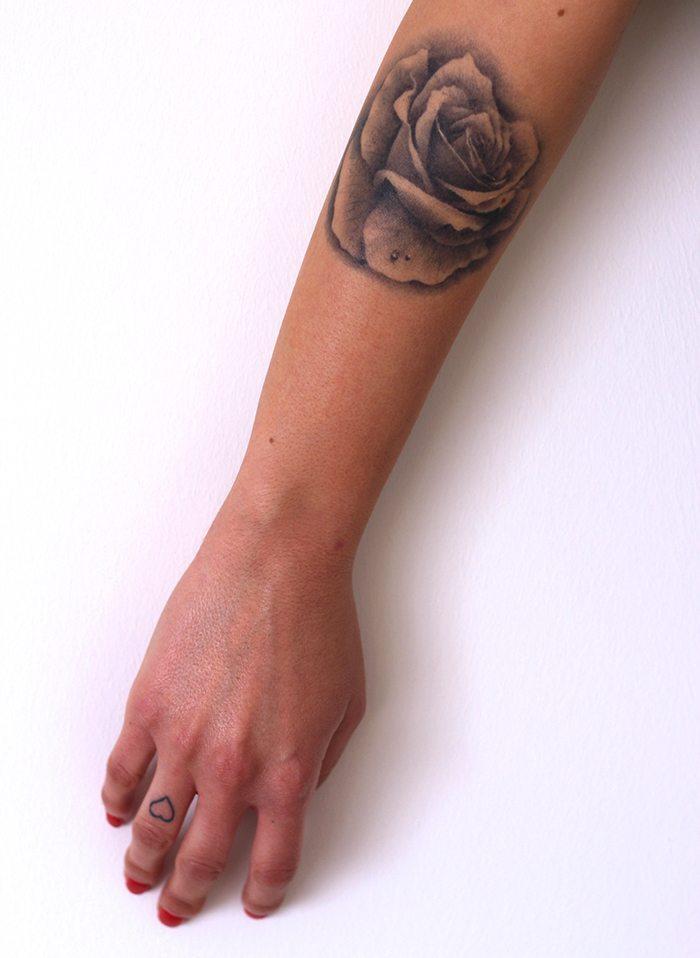 Rosa realista tatuaje