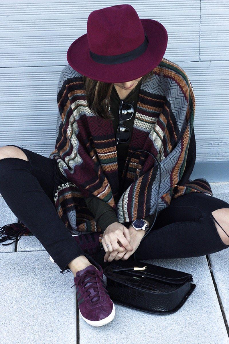 Poncho y sombrero borgona