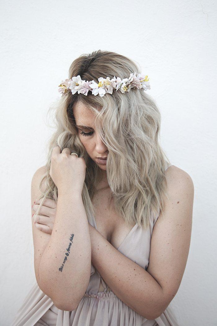 Outfit con corona de flores