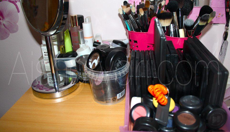 En esta parte de arriba coloco las brochas, el espejo para maquillarme